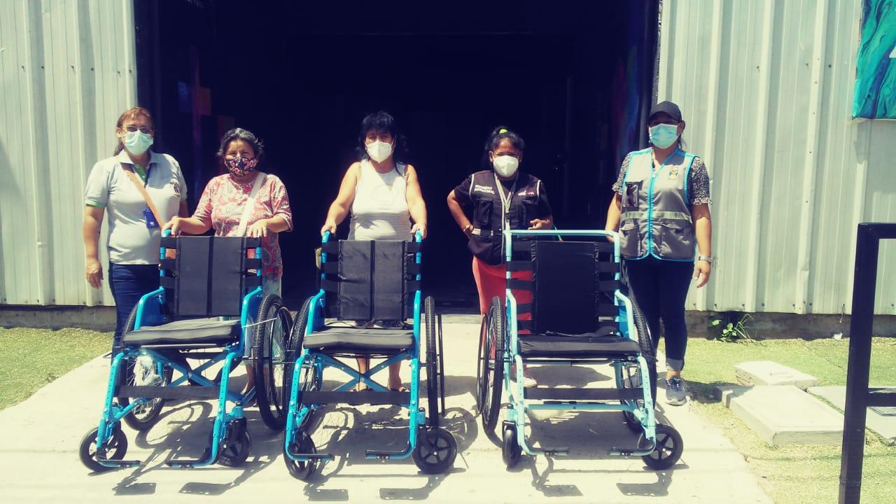 Castilla entrega sillas de ruedas a personas con bajos recursos.